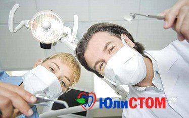 Стоматолог-женщина и стоматолог-мужчина