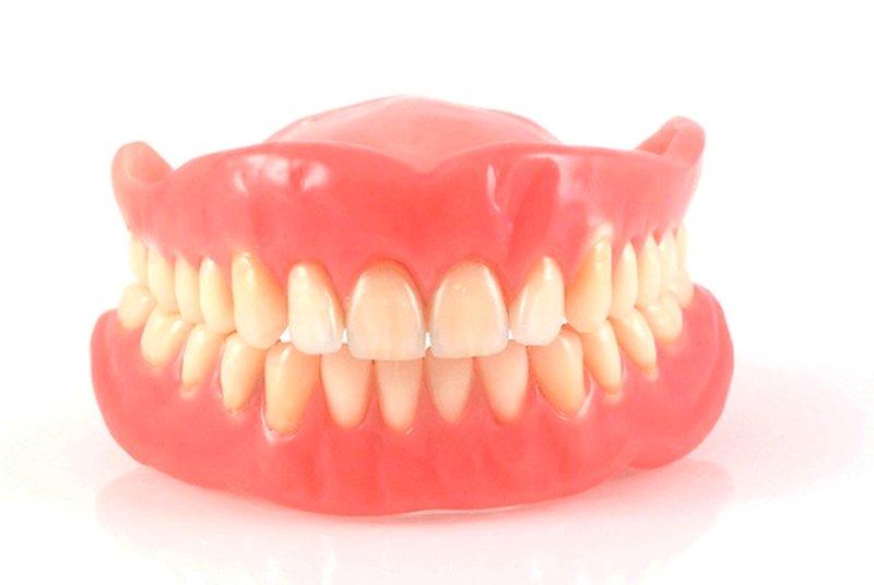 Эластичный зубной протез на присосках